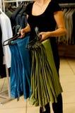 Les pantalons des hommes sur des cintres Photographie stock
