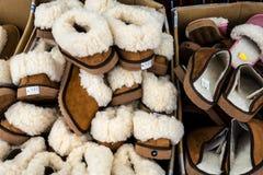 Les pantoufles à vendre dans la ville lancent le DOS sur le marché Lavradores ou le marché de Mercado des travailleurs photo libre de droits