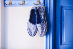 Les pantoufles des femmes bleues dans le style grec de la maison dessus Images stock