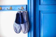 Les pantoufles des femmes bleues dans le style grec de la maison dessus Photo stock