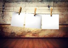 Les papiers attachent à la corde avec des pinces à linge Images libres de droits