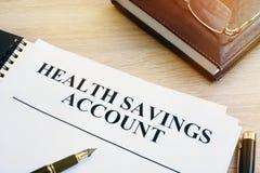 Les papiers au sujet du compte d'épargne d'épargnes de santé A photographie stock libre de droits
