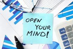 Les papiers avec des mots ouvrent votre esprit Photographie stock libre de droits