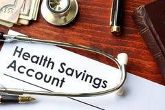 Les papiers avec le compte d'épargne d'épargnes de santé A photo stock