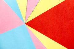 Les papiers de couleur donnent une consistance rugueuse pour le fond géométrique images stock