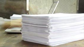 Les papiers se laissent tomber, travaillant au laps de temps d'ordinateur portable