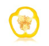 Les paprikas jaunes ont coupé des morceaux sur le fond blanc Images stock