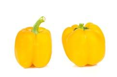 Les paprikas jaunes ont coupé des morceaux sur le fond blanc Photo stock