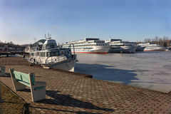 Les paquebots sont hivernage dans la baie. Image libre de droits