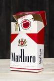 Les paquets de différentes marques de cigarette ont photographié le 25 mars 2017 à Prague, République Tchèque Photo libre de droits
