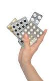 Les paquets de participation de main de calmant d'aspirin de médecine marquent sur tablette des pilules Photographie stock