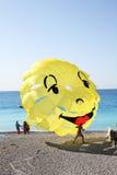 Les parachutes sont excitig sur la Côte d'Azur Image libre de droits