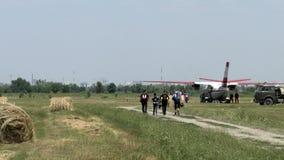 Les parachutistes de parachute vont à l'avion avant décollent banque de vidéos
