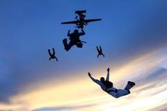 Les parachutistes sont sauter d'un avion photo libre de droits