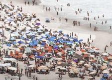 Les parapluies chez l'Ipanema serré échouent en Rio de Janeiro image stock