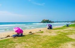 Les parapluies colorés à la plage Image stock