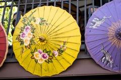 Les parapluies colorés sur le marché de la BO ont chanté le village, Sankamphaeng, Chiang Mai, Thaïlande Photo libre de droits
