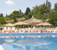 Les parapluies de plage s'approchent de la piscine Photo stock