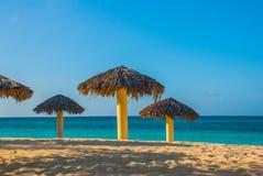 Les parapluies sont sur la plage, sur le fond de l'eau bleue de turquoise Playa Esmeralda, Holguin, Cuba Photo libre de droits