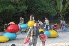Les parents asiatiques empêchent l'enfant vilain Image libre de droits