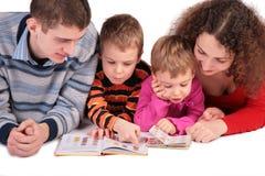 Les parents avec des enfants ont affiché des livres Photos libres de droits