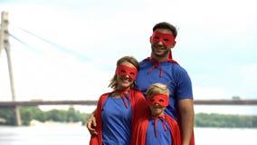 Les parents dans des costumes de super héros jouent avec le fils, psychothérapie pour faire face aux problèmes photographie stock libre de droits