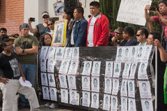 Les parents des étudiants qui ont disparu au Mexique ont emballé le s Photographie stock libre de droits