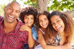 Les parents donnant des enfants ferroutent le tour dehors photo stock