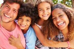 Les parents donnant des enfants ferroutent le tour dehors photos stock