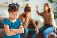 Les parents et l'enfant de divorce de querelle de famille jurent, sont en conflit images libres de droits