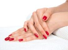 Les parents et l'ongle s'inquiètent les ongles rouges manicured par concept Images libres de droits