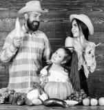 Les parents et la fille c?l?brent le festival de r?colte d'automne Agriculteurs rustiques de style de famille au march? avec des  photos stock