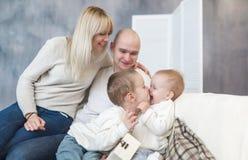 Les parents et les enfants de baiser Bonheur et amour de famille Parents et enfants heureux Photo stock