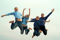 Les parents et les enfants sautent Photographie stock libre de droits