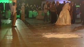les parents félicitent la jeune mariée à la noce banque de vidéos
