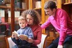 Les parents ont affiché le livre avec le fils Photo libre de droits