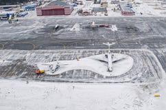 Les parkings d'aéroport et de piste d'hiver, vue d'une taille à une neige ont couvert le paysage Image stock
