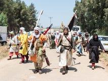 Les participants à la reconstruction des klaxons de Hattin luttent en 1187 à gauche le camp à pied et vont au site de bataille pr Images stock