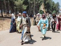 Les participants à la reconstruction des klaxons de Hattin luttent en 1187 à gauche le camp à pied et vont au site de bataille pr Image stock