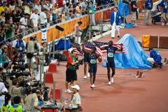Les participants à une course d'obstacles des Etats-Unis prennent les genoux de victoire Photo stock