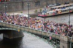 Les participants de la fierté de Prague croisent un pont Photos stock