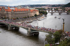 Les participants de la fierté de Prague croisent un pont Image stock