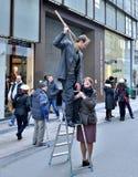 Les participants de la grève nationale jouent une petite exposition de rue pour expliquer leurs protestations Photographie stock