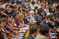 Les participants de la jeunesse globale au forum d'affaires écoutent le haut-parleur Photos stock