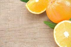 Les parts oranges portent des fruits sur le bois blanc photo libre de droits