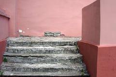 Les pas concrets brisés et les murs roses photo libre de droits