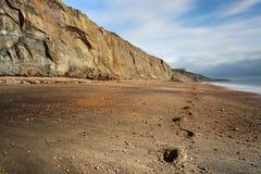 Les pas mènent le long de la plage abandonnée à la baleine Chine dans l'île du Wight Photographie stock libre de droits