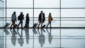Les passagers agréables vont au secteur de départ Photos libres de droits