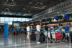 Les passagers attendant dans la file d'attente à American Airlines signent contre à l'aéroport international de Malpensa, Milan,  Images stock