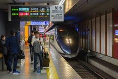 Les passagers attendant Keisei Skyliner s'exercent à l'aéroport international de Narita Photos stock